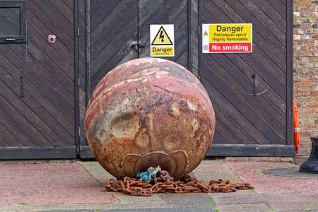 Big Rusty Mine Underwater Bomb Danger Banque d'images - 137884494
