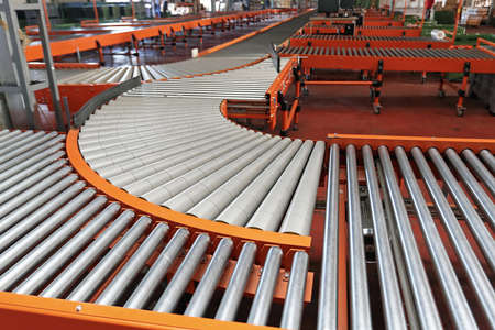 Sistema de clasificación de rodillos transportadores en el almacén del centro logístico