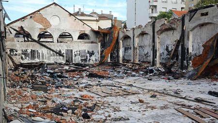 Structure d'entrepôt de toit effondré après des dégâts d'incendie