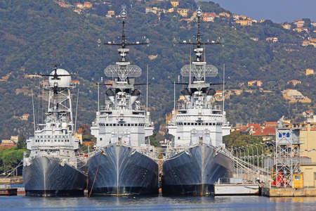 意大利拉斯佩齐亚港的三艘大型海军军舰