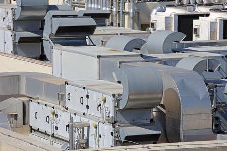 Calefacción y aire acondicionado de ventilación en la azotea del edificio Hvac