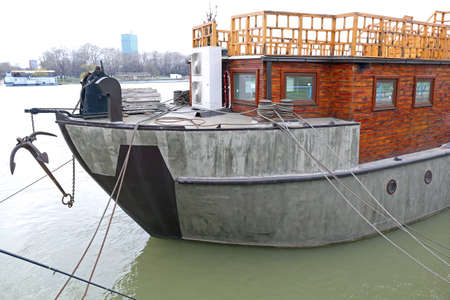 Big Ship Made From Concrete Floating at River Banque d'images