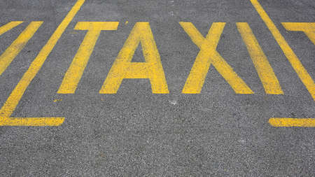 Yellow Taxi Sign Parking Spots at Street Imagens
