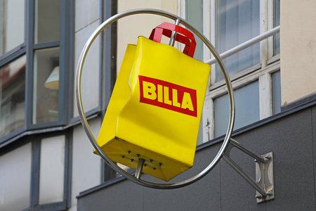Vienna, Austria - July 12, 2015: Turning Yellow Bag Sign of Supermarket Billa in Vienna, Austria. 免版税图像 - 150300339