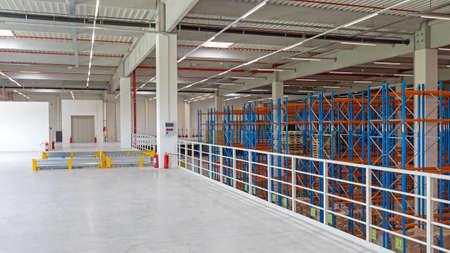 Empty Floor Space in Distribution Warehouse Interior 版權商用圖片