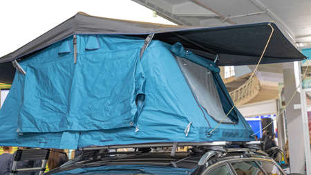 Pop Up Camping Tent at Top of Vehicle Stockfoto