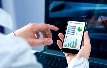 Homme d'affaires vérifie l'analyse financière sur le smartphone Banque d'images - 28076801