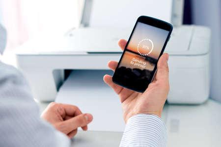 Muž odeslání fotografie do Cloud Print koncept pro bezdrátové připojení tiskárny