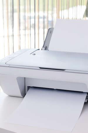사무실 책상에 흰색 프린터 스톡 콘텐츠