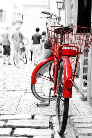 bicicleta retro: Bici roja estacionado en frente del edificio. Foto de archivo