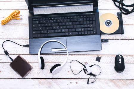 audifonos: Perif�ricos Inform�ticos y Accesorios para port�tiles. Composici�n sobre tabla de madera blanca.