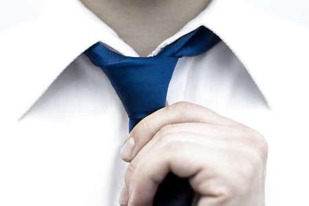 Hombre de negocios en la camisa blanca que ata la corbata Foto de archivo - 37035787