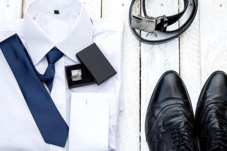 남자의 스타일 액세서리. 흰색 나무 보드의 구성 스톡 콘텐츠