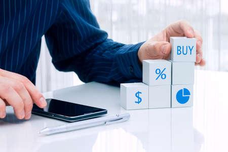 dolar: Empresario organización de pequeños bloques con símbolos financieros Foto de archivo
