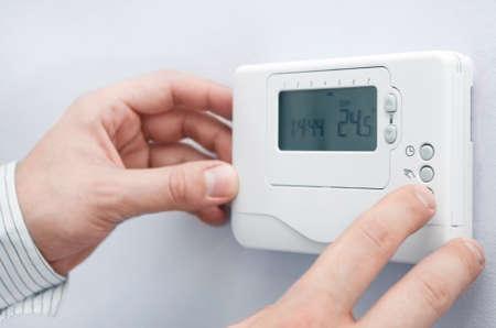 dedo: panel de configuraci�n del horno moderno. La profundidad de campo en los botones Foto de archivo