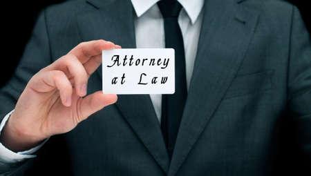 """abogado: Mano que muestra la tarjeta de visita del hombre con la inscripción """"Abogado"""""""