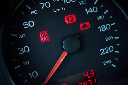 advertencia: Testigo del airbag. Salpicadero del coche en primer plano Foto de archivo