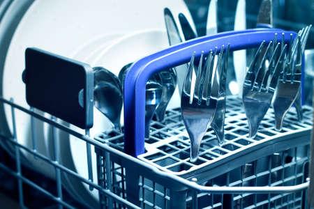 carga: Lavavajillas con placas blancas y cubiertos de acero