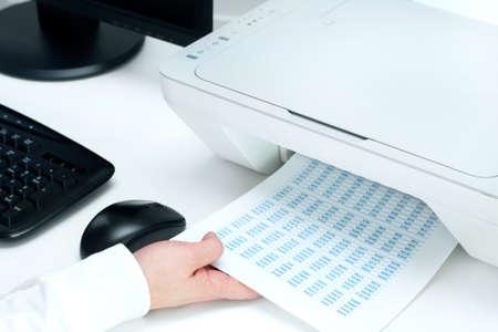 남자는 프린터에서 일부 문서를한다