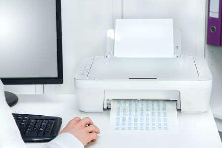 Composizione della stampante bianca e computer nero in ufficio moderno Archivio Fotografico