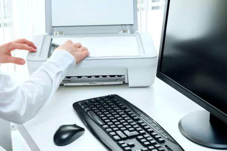 사업가 스캐너를 사용 하여 직장에서 일부 문서를 검색합니다. 스톡 콘텐츠