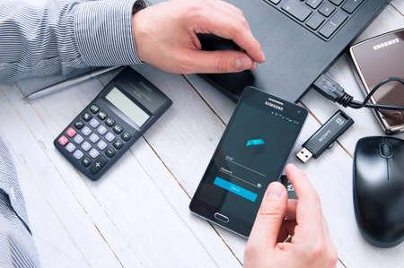 logo samsung: WROCLAW, POLAND- 05 tháng 10 năm 2016: Man ra mắt Tresorit ứng dụng trên Samsung A5.Tresorit là một dịch vụ lưu trữ đám mây trực tuyến với tăng cường bảo mật và mã hóa dữ liệu cho các doanh nghiệp