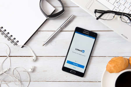 logo samsung: WROCLAW, POLAND- OCTOBER 18th, 2016 : Samsung A5 with Linkedin application laying on desk. LinkedIn is a business and employment-oriented social networking service that operates via websites. biên tập