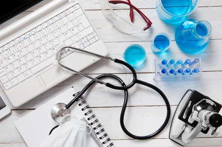 Medizin und Laborgeräte verbreitet auf weißem Holz-Schreibtisch