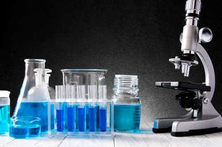Schule Laborgeräte auf dem Schreibtisch Verlegung