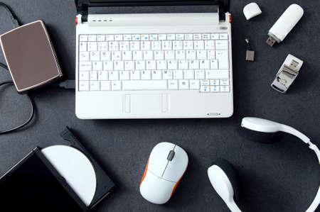 periféricos de ordenador y accesorios del ordenador portátil. Composición en el mostrador de piedra Foto de archivo