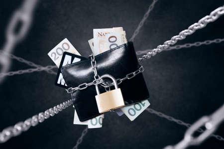 체인으로 연결된 지갑. 금융 안보 및 보호의 개념