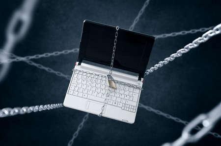 체인 된 노트북입니다. 중요한 데이터 보안 개념. 스톡 콘텐츠