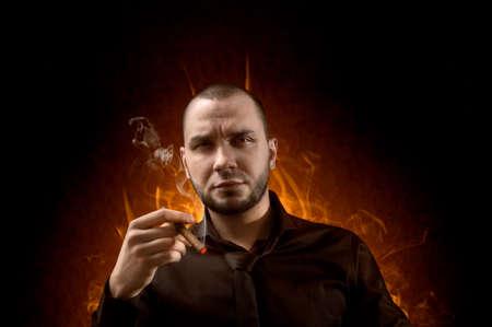 uomo rosso: Uomo d'affari con sigaro in mano sullo sfondo dell'inferno