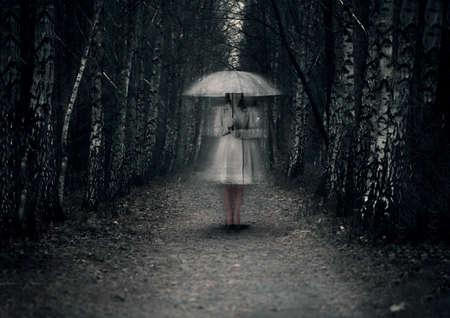 유령 여자 포리스트의 어두운 경로에 선다. 스톡 콘텐츠