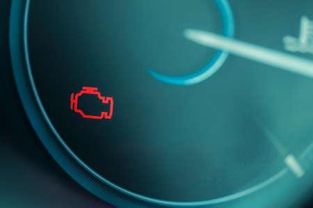 현대 자동차의 대시 보드에서 엔진 표시등을 확인하십시오. 스톡 콘텐츠