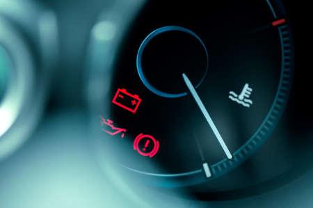 close-up op auto dashboard en waarschuwings icoon