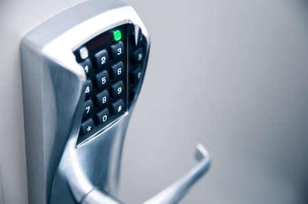 Deurklink met modern elektronisch cijferslot