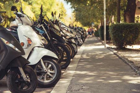 Fila di scooter parcheggiati all'aperto Archivio Fotografico