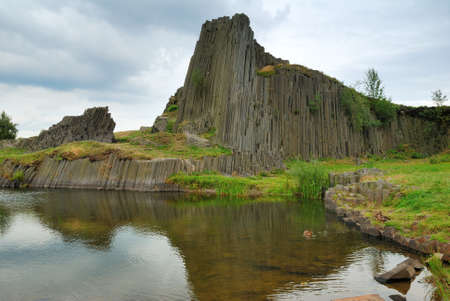 czech switzerland: Basalto Rock Hill Panska skala e stagno chiaro