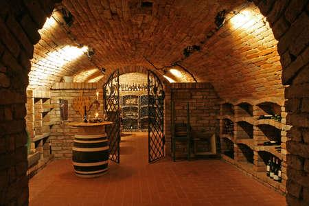 Traditionele wijnkelder met bakstenen muren en het plafond Stockfoto