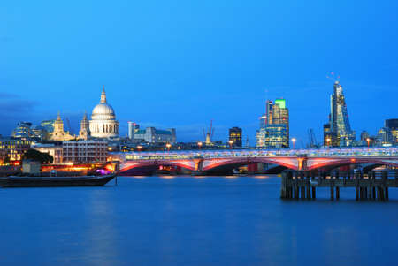 blackfriars bridge: Saint Pauls Cathedral and Blackfriars Bridge with London City Center Buildings in the evening