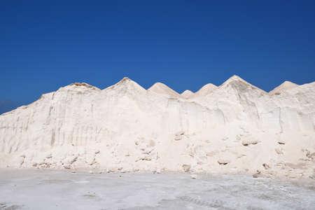 Grote stapels witte zeezout onder een blauwe hemel