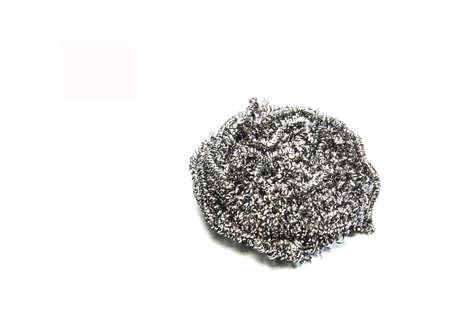 lavar platos: lana de acero para lavar platos en un fondo blanco