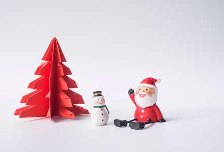 Kerstman en sneeuwpop zitten in de voorkant van de rode kerst boom te wachten voor de kerst Stockfoto - 69421434