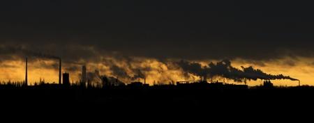 Landschaft mit viel Schornsteine, die Verschmutzung der Luft Standard-Bild - 8590822
