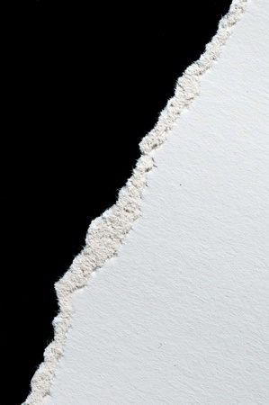 Zerrissenen Papierstückchen isoliert auf schwarz Standard-Bild - 9410197