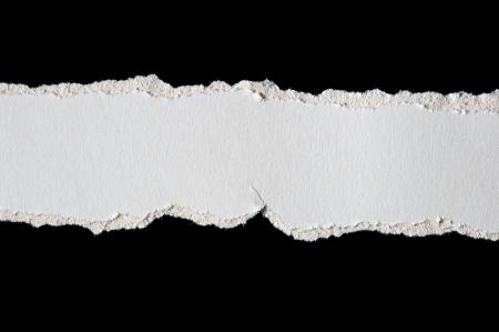 Trozos de papel rasgado aislados en negro