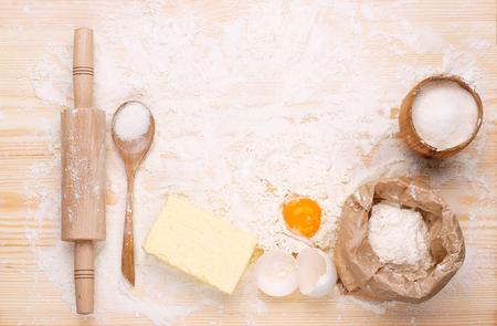 haciendo pan: Ingredientes de la cocción de pan hecho en casa en la mesa de madera
