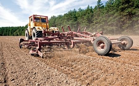 arando: Desgarrador de un campo con un tractor diesel