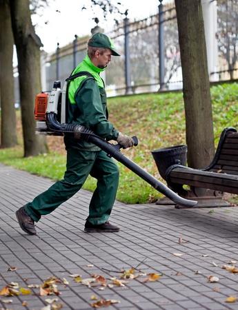paysagiste: Paysagiste nettoyage de la piste à l'aide Souffleur